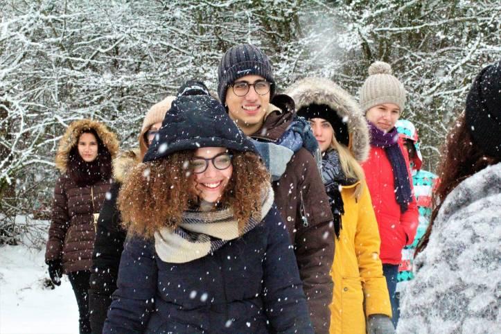 8人ぐらいの友達が雪が気持ちよく振っている中歩いている - 函館英会話教室EigoLa - レッスン情報
