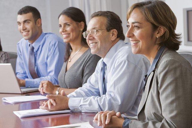 男女2人ずつ、ハイレベル会議、1人の男性と1人の女性が少数民族、残りの二人が白人、年齢は30歳から60歳 - 函館英会話教室EigoLa