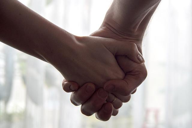 握手をするアイドルとファン