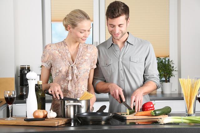 結婚して料理する男女
