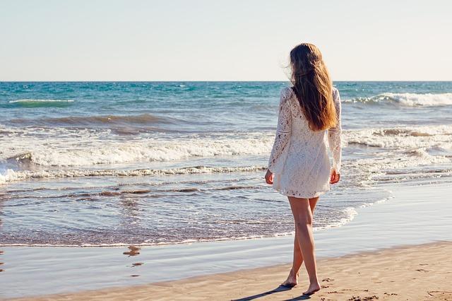 浜辺を一人歩く女性
