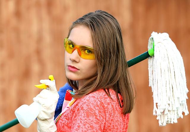 清掃会社でおそうじしている女性