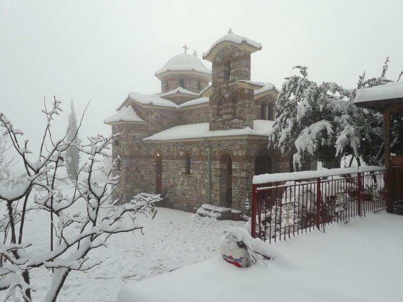 Στα λευκά η Μονή Αγίου Προκοπίου (φώτο)