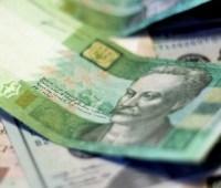 Официальный курс: гривня укрепилась к доллару, но снизилась к евро