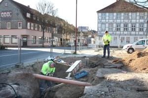 Stadtwerke-Mitarbeiter beim Einbau der 20-kV-Muffe am Neustädter Kirchplatz. Foto: Stadtwerke Einbeck GmbH