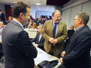 Plausch mit dem Neuling vor der Sitzung: Rolf Metje (SPD, r.), Christian Grascha (FDP, l.) mit Siegfried Kappey (GfE).