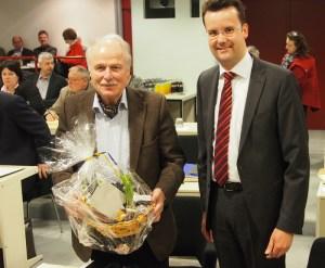 Irnfried Rabe wurde 70, Fraktionskollege Christian Grascha gratulierte.