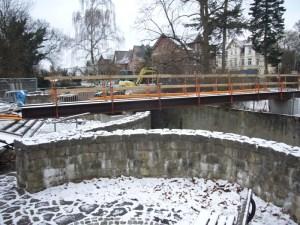 Brücken-Baustelle im Winter.