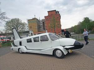 Fliegen wie mit diesem Flugzeugauto wäre keine Lösung, über welche Route die Besucher zum PS-Speicher gelangen sollen.