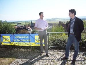 FDP-Mann Christian Grascha (l.), im Hintergrund das europäische Vogelschutzgebiet Leinepolder. Rechts der damalige Umweltminister Stefan Birkner.