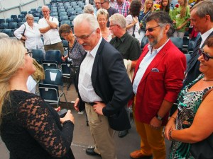 Zeigt den Ring: Petra Welteroth mit Dr. Wilhelm Priesmeier und Michael Wickmann.