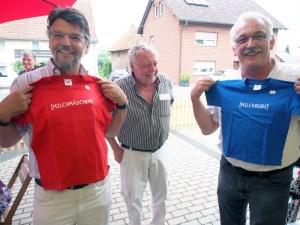 Michael Wickmann, Eberhard Kunkel und Dr. Wilhelm Priesmeier mit T-Shirts im Milchhaus.