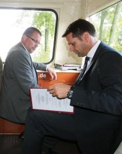 Ilmebahn-Geschäftsführer Christian Gabriel mit Olaf Lies im Ilmeblitz auf der Fahrt nach Salzderhelden.