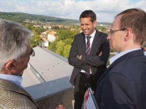 Auf dem Dach des PS-Speichers: Wirtschaftsminister Olaf Lies, hier mit Karl-Heinz Rehkopf (l.) und Alexander Kloss.