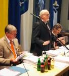 Ratsvorsitzender Bernd Amelung ohne Pult.