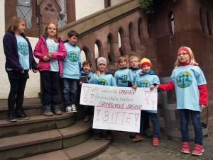 Grundschüler aus Drüber demonstrierten vor dem Rathaus für den Erhalt ihrer Grundschule.