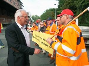 SPD-MdB Dr. Wilhelm Priesmeier mit den Protestierenden.