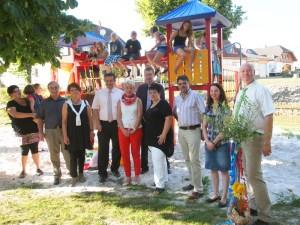 SPD und CDU aus Stadt und Landkreis vereint vor dem neuesten Spielplatzklettergerüst.