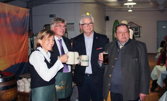 Prost, Winterbock: Dr. Sabine Michalek, Hartmut Möllring, Brauhaus-Vorstand Walter Schmidt und Brockenwirt Hans Steinhoff (v.l.). Foto: Einbecker Brauhaus AG