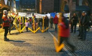 Mit ihren bekannten gelben Pfeilen protestierten Mitglieder mehrerer Bürgerinitiativen vor dem Rathaus für eine Erdverkabelung der Stromtrasse.