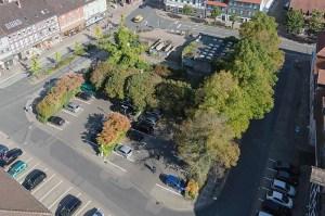 Der Neustädter Kirchplatz von oben, Blickrichtung Osten. (c) Aufnahme von Michael Mehle (Göttingen). Hier eine Galerie von einigen Luftbildern aus Einbeck.