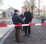 Mit Schere und Band: Die Straße am Tiedexer Tor ist wieder frei.