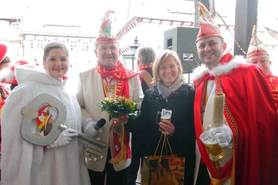 Das Prinzenpaar Jennifer I. und Henry I. hat den Stadt-Schlüssel, Bürgermeisterin Dr. Sabine Michalek hat ihn hergegeben. Das freut auch den Karnevalspräsidenten Albert Eggers (2.v.l.).