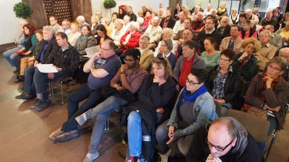 Großes Interesse: Volle Zuhörerreihen bei der Ausschuss-Sitzung, bis zuletzt mussten Stühle nachgestellt werden.