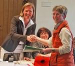 Sabine Schmidt (r.) überreichte heute Unterschriften der Anlieger des Butterbergsweges an die Bürgermeisterin.
