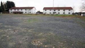 Die zwei Gebäude des ehemaligen Flüchtlingswohnheimes am Kohnser Weg, im Vordergrund der Festplatz an der Twetge.
