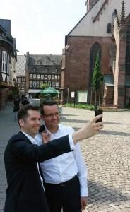 Lächeln fürs Selfie vor dem Rathaus in Einbeck: Christian Dürr (l.) und Christian Grascha.