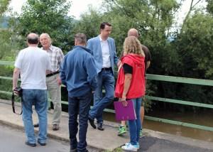 MdL Grascha (Mitte) informierte sich auf der Leinebrücke. Foto: FDP