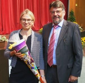 Landrat Michael Wickmann mit IGS-Schulleiterin Sandra Meusel.