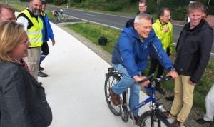 Schon vor dem offiziellen Bandschnitt fuhren die Fahrradfahrer.