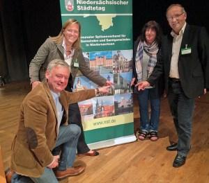 Rainer Koch (GfE), Bürgermeisterin Dr. Sabine Michalek, Margrit Cludius-Brandt (SPD) und Ullrich Vollmer (CDU) als Teilnehmer aus Einbeck an der 18. Städteversammlung des NST in Oldenburg.
