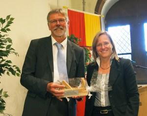 Bürgermeisterin Dr. Sabine Michalek verabschiedete den fachwerkfreundlichen Baudirektor offiziell mit Urkunde und Holzhobel.