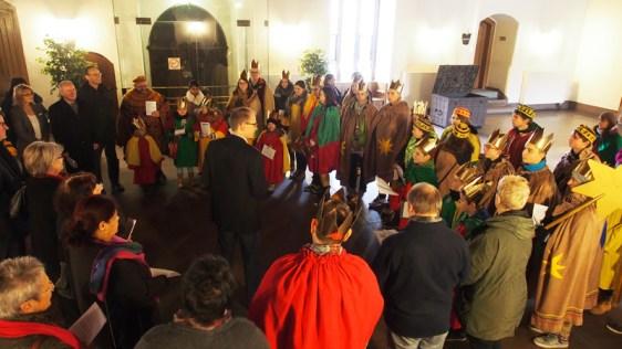 Vize-Bürgermeister Alexander Kloss empfängt die Sternsinger, und führt in der Rathaushalle Heiligen Drei Könige und Kommunalpolitiker zusammen.