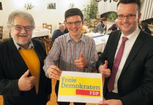 Dr. Reinhard Binder, Patrick Neinert, Christian Grascha (v.l.) mit dem neuen FDP-Logo.