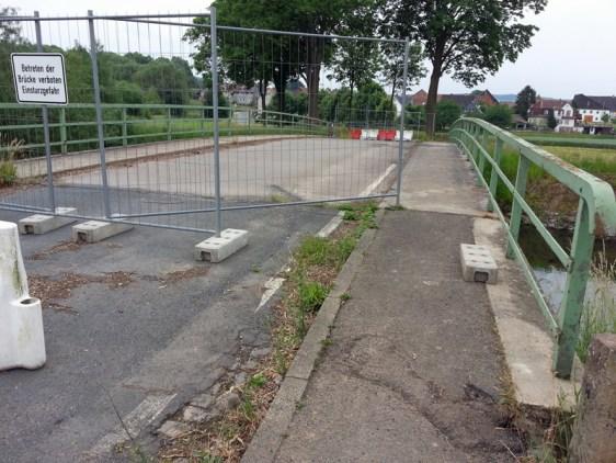 Betreten verboten: Der Bauzaun ist ein wenig beiseite geschoben. Die Brücke wird augenscheinlich genutzt. Foto vom 14.06.2015