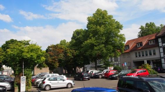 Parkplatz mit 28 Stellplätzen und einer kaum erkennbaren Zufahrt zum Parkhaus (rechts): der Neustädter Kirchplatz heute.
