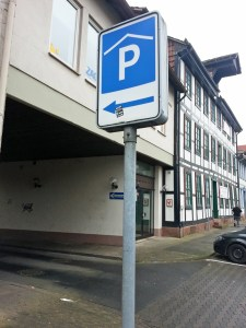 Parkhaus-Zufahrt von der Papenstraßen, rechts der Kuhlgatz-Hof.