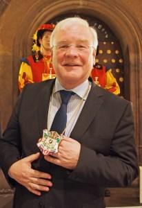 Bernd Busemann mit Bierorden.