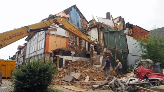 Kaum 24 Stunden nach Beginn des Abrisses ist das Gebäude bereits fast Geschichte.
