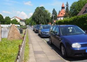Rund um die Friedhofskapelle wird es oftmals eng mit freien Parkplätzen für Besucher.