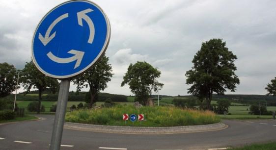 Kreisverkehr an der Hannoverschen Straße in Einbeck mit Wildblumen.