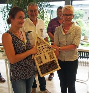 Zum Dank für den Besuch überreichte CDU-Chefin Beatrix Tappe-Rostalski (r.) ein Insektenhotel an Josephine Egner und Michael Stadler.