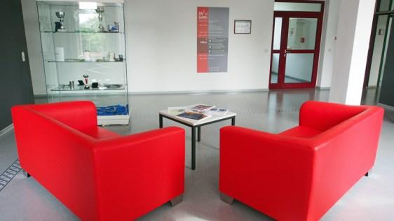 Rote Sofas im ersten Obergeschoss.