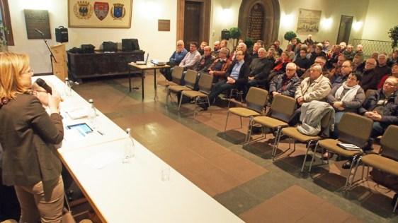 Großes Interesse an der Marktstraße konnte Bürgermeisterin Dr. Sabine Michalek bei ihrer Begrüßung feststellen. Nur die erste Reihe blieb (wie immer) leerr, sonst waren alle Stühle besetzt.
