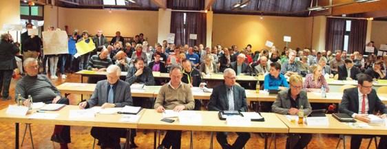 In Anwesenheit zahlreicher Eltern, Lehrer und Schüler der betroffenen Schulen hat der Schulausschuss des Kreistages im bis auf den letzten Platz besetzten Forum der BBS II in Northeim, getagt. Foto: Landkreis Northeim