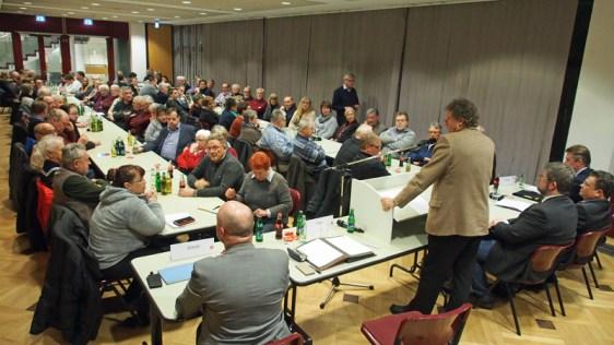 Volles Haus bei der vierten Regionalkonferenz in Northeim, bei der sich die drei Kandidaten den Mitgliedern vorstellten. SPD-Vorsitzender Uwe Schwarz (am Pult) begrüßte.